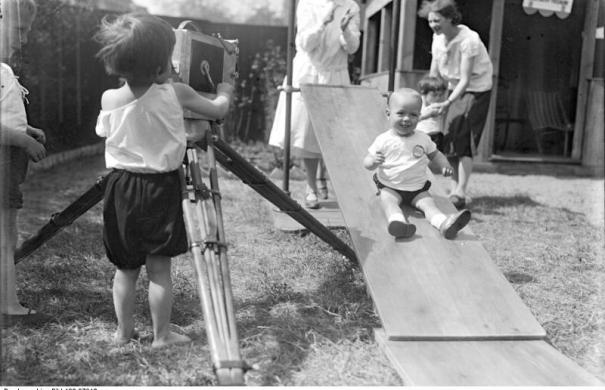 Bewegungstherapie_Bundesarchiv_Bild_102-07912,_Orthopädische_Kindergymnastik.jpg