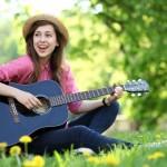 Gitarre ist ein Hobby, das die Kreativität fördert und Stress abbaut.