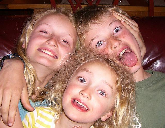 auf-diesem-bild-sind-drei-kinder-die-herumalbern.png