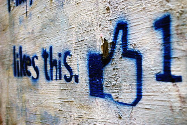 das ist ein facebook like daumen als graffiti