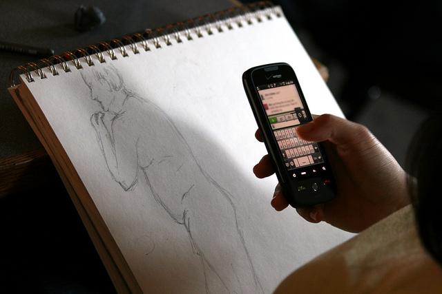 hier-wird-eine-zeichnung-eines-nackten-mannes-fotografiert