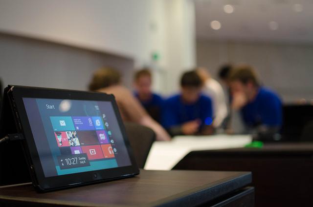 windows-tablet-mit-menschen-im-hintergrund.png