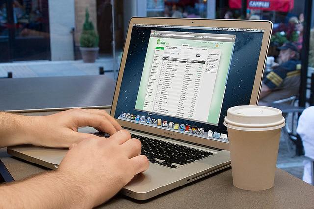 hier benutzt jemand einen laptop im cafe