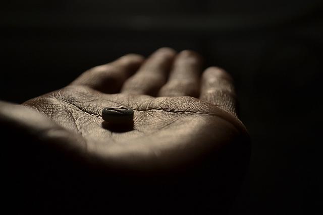 auf-diesem-bild-ist-eine-hand-mit-einer-pille.png