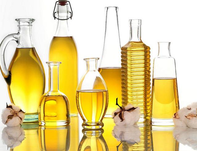 auf diesem Bild sind Flaschen in verschiedenen Formen mit Öl