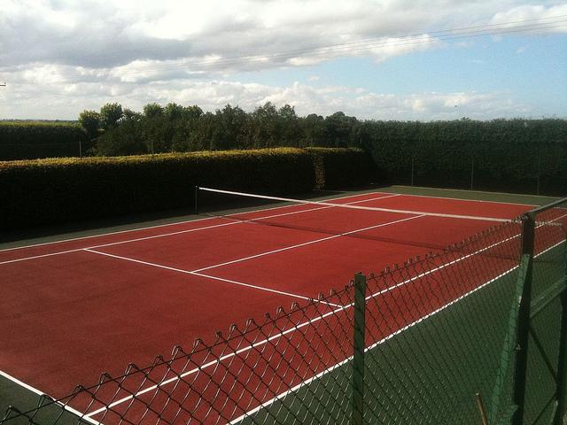 auf-diesem-bild-ist-ein-leerer-tennisplatz.png