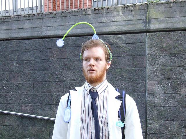 das ist ein student mit stetoskop auf dem kopf