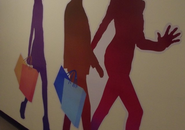 das sind mehrere menschen mit einkaufstaschen