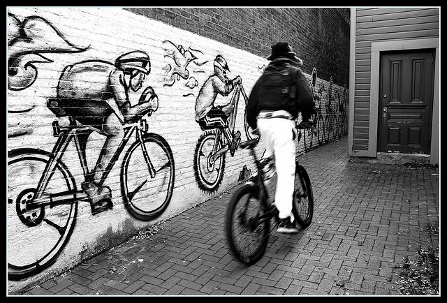 hier fährt ein fahrradfahrer schnell weg