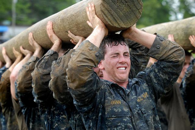 hier tragen mehrere soldaten einen baumstamm