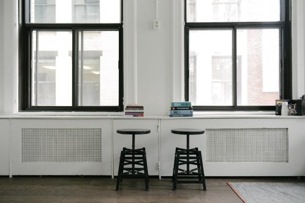 Zwei leere Stühle in Wohnung