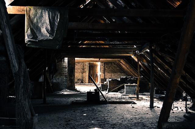 alter Dachboden mit Tür