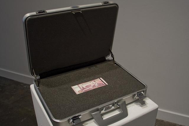 das ist ein koffer indem geld steckt