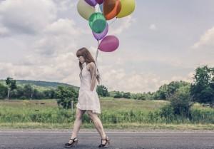 hier geht eine einsame frau mit luftballons