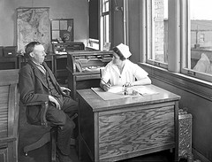 "Bild: ""Nurse with patient in City Hospital Tuberculosis Division, 1927"" von Seattle Municipal Archives. Lizenz: CC BY 2.0"