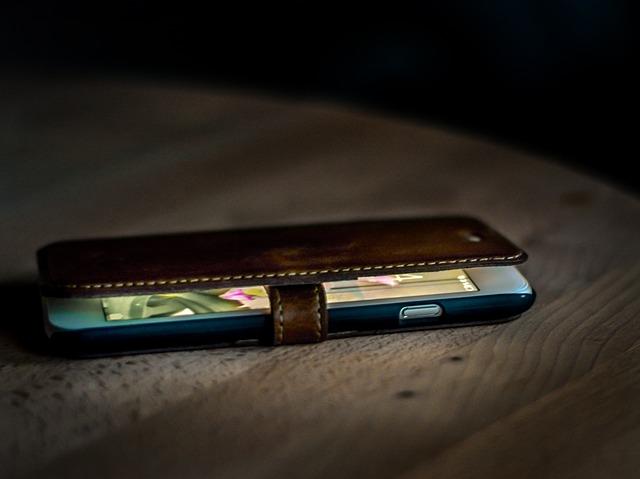 die Hülle des Smartphone ist offen