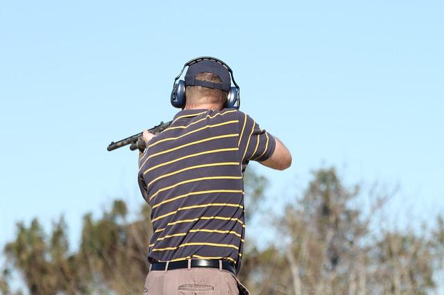 Mann mit Ohrschützer beim Schießen