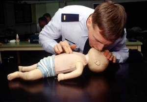 dieses bild zeigt wie man neugeborenen eine herzdruckmassage gibt