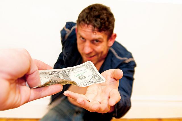 jemand-gibt-einem-mann-einen-dollar