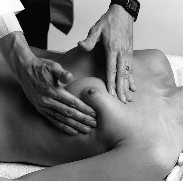 Abtasten der Brust durch den Arzt