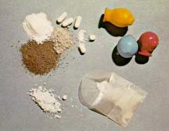 dieses Bild zeigt Heroin in Form von Pulver und Tabletten