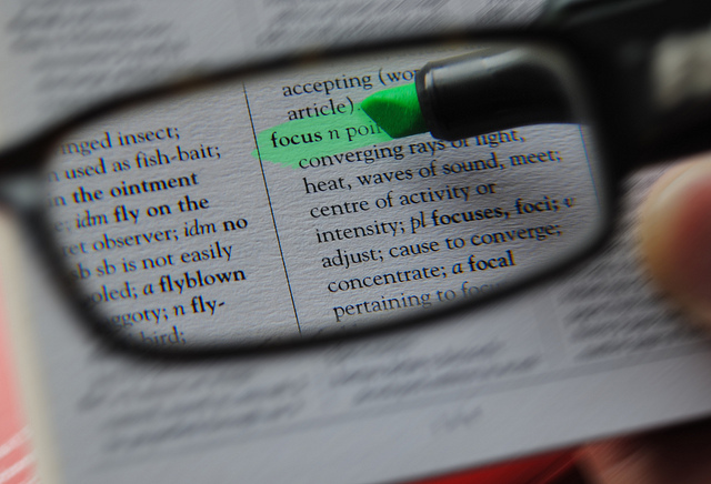 text-wird-durch-brille-gross